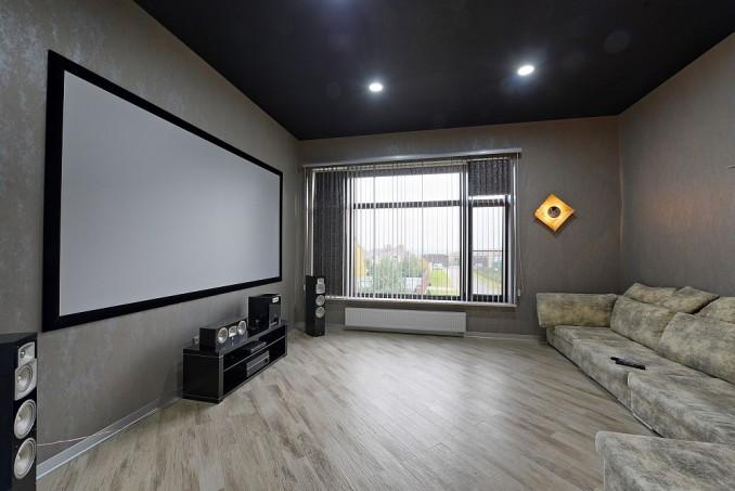 Domowy pokój kinowy z wykorzystaniem płyt gipsowo-kartonowych.