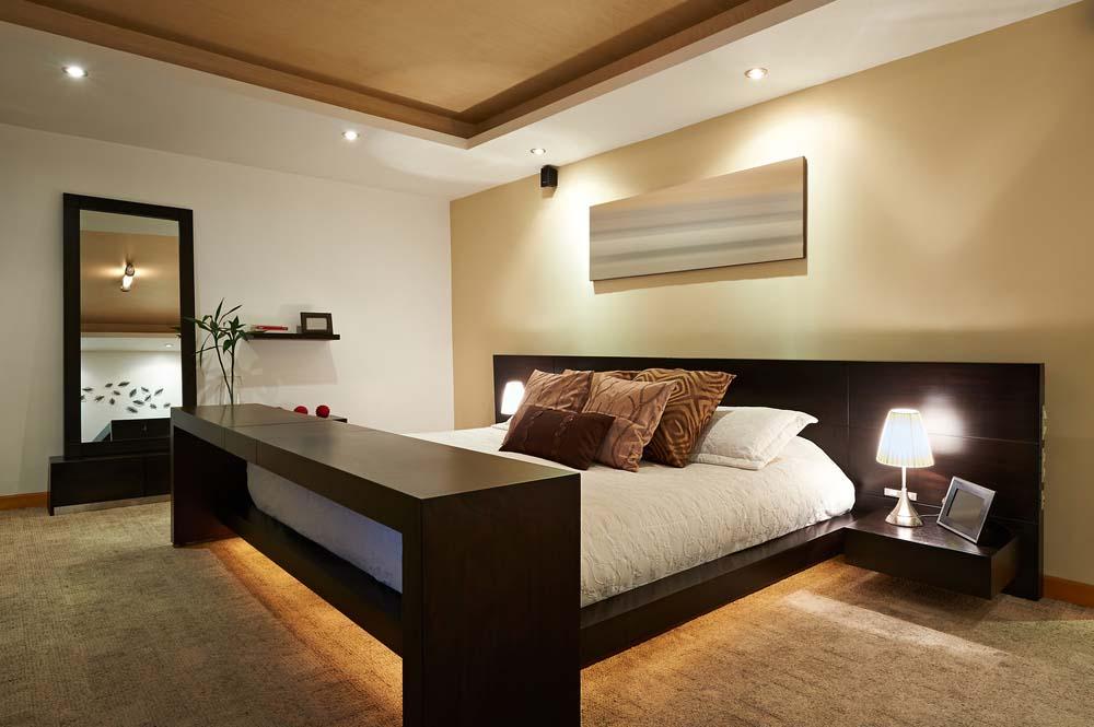 Sufit podwieszany w sypialni dodaje ciepła wnętrzu