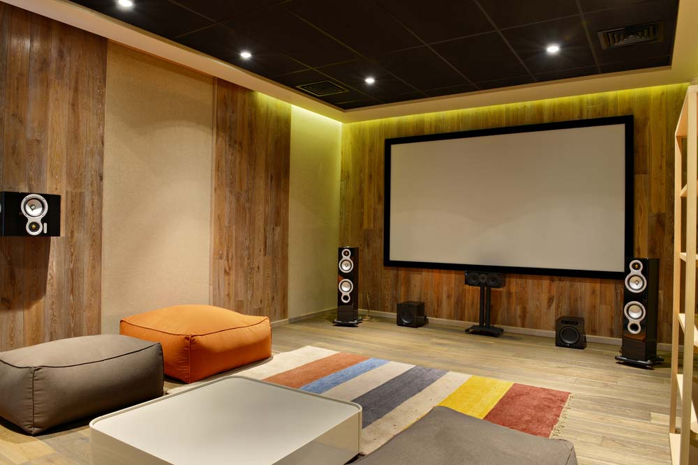 Domowe centrum rozrywki z sufitem podwieszanym