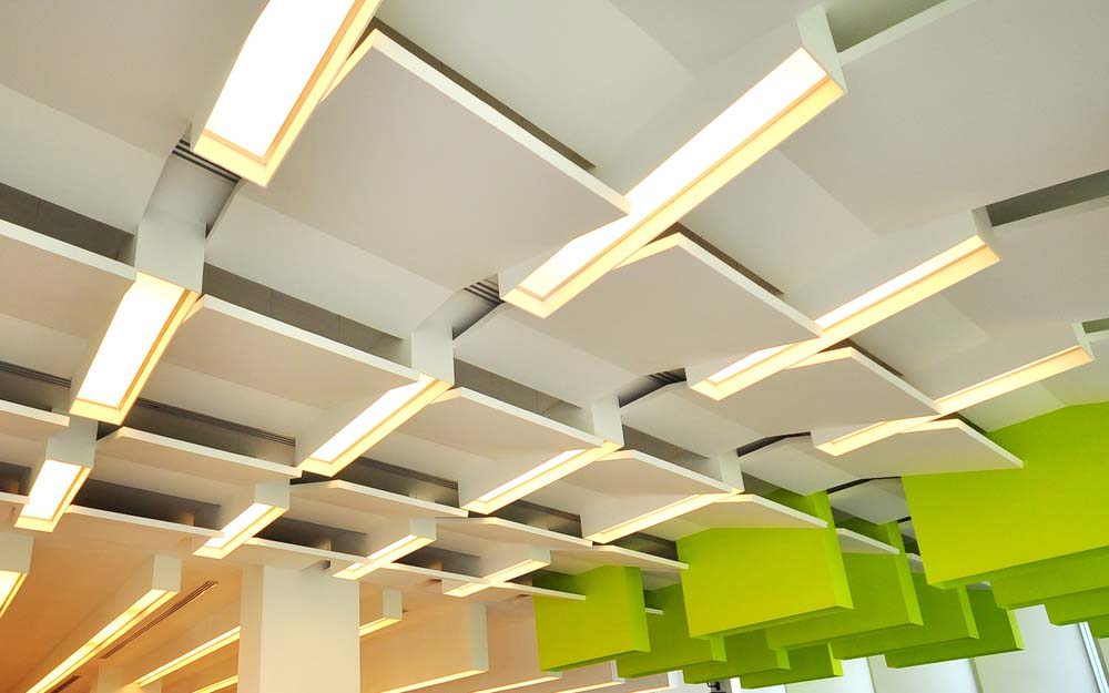 Sufit podwieszany w budynku biurowym